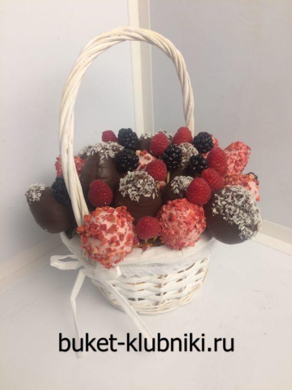 Корзинка с клубникой в шоколаде и ягодами малины и ежевики