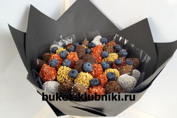 Букет клубники в горьком шоколаде с голубикой